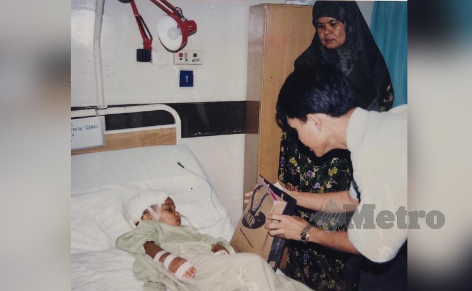 NUR Asyikin (baring) pernah dibantu Almarhum Paduka Ayahanda Sultan Ahmad Shah bersama ibu mereka ketika dirawat pada 2003.