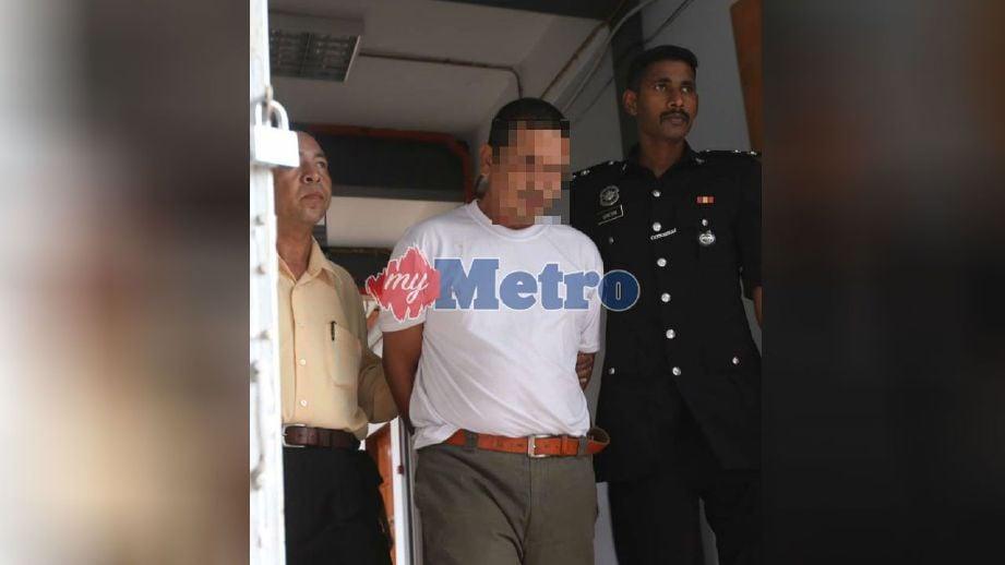 Tertuduh dipenjara 18 tahun dan 10 sebatan selepas mengaku merogol anak kandungnya di Mahkamah Sesyen Kota Bharu hari ini. FOTO Zaman Huri Isa
