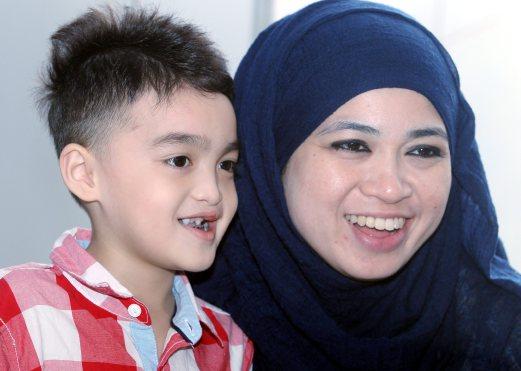 KUALA LUMPUR 29 September 2014. Norarliza Abusri, 32 bersama anaknya Aniq Bazly Aidel, 6 yang telah menjalani pembedahan mulut sumbing di Prince Court Medical Centre. NSTP/Mokhsin Abidin