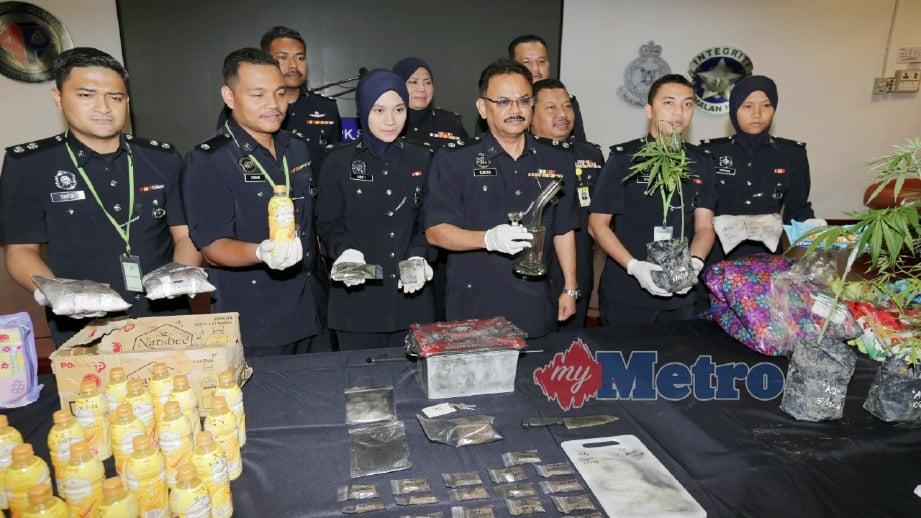 SUNDRALINGAM (tiga kanan) menunjukkan peralatan menghisap dadah bersama dadah dan pokok ganja yang dirampas pada sidang media di Ibu Pejabat Polis Kontinjen (IPK) Selangor di Shah Alam, hari ini. FOTO Shahiman Sharip