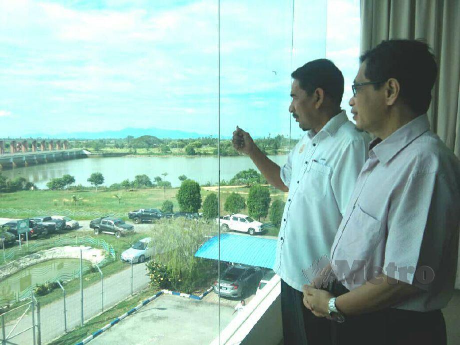 ZAMRI (kiri) meninjau situasi semasa Ampang Jajar di Kampung Rantau Panjang, Kota Kuala Muda ketika mengadakan lawatan di Pejabat Pengurusan Lembangan Sungai Muda (PLSM). FOTO NOR FARHANI CHE AD