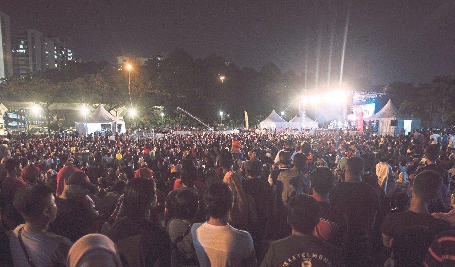 HAMPIR 20,000 pengunjung hadir menyaksikan konsert.