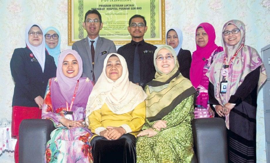 (Duduk tengah) Pengarah Perubatan, Pakar Perbidanan dan Sakit Puan Hospital Pusrawi, Dr Habibah Abd Ghani bergambar bersama pihak yang terbabit dalam Program Cetusan Laktasi.