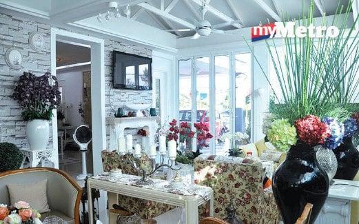 Pemilihan Warna Sofa Yang Lembut Bersesuaian Dengan Kertas Dinding Menambah Keceriaan Di Ruang Tamu
