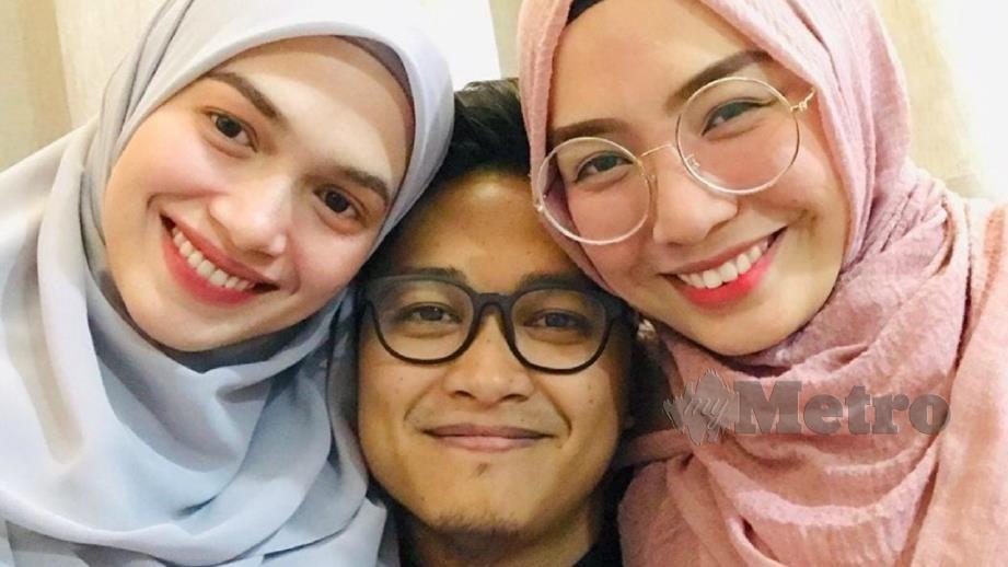 KHUZATUL Atiqah (kanan), Nur Fathonah (kiri) bersama suami mereka. FOTO Ihsan Khuzatul Atiqah