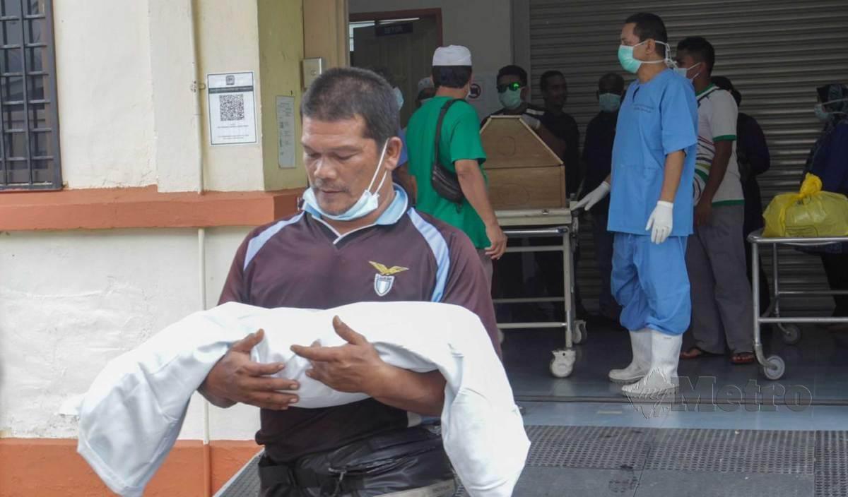 AHLI keluarga menuntut jenazah Zainab Wahab, dan Muhammad Saqeef, berusia 22 hari, di Unit Forensik Hospital Sungai Bakap untuk dikebumikan di Pendang, Kedah. FOTO Danial Saad