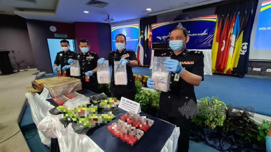 DATUK Zaini Jass (dua dari kanan) menunjukkan peket dadah jenis syabu yang dirampas dalam sidang media di IPK Sabah, Kota Kinabalu. FOTO JUWAN RIDUAN