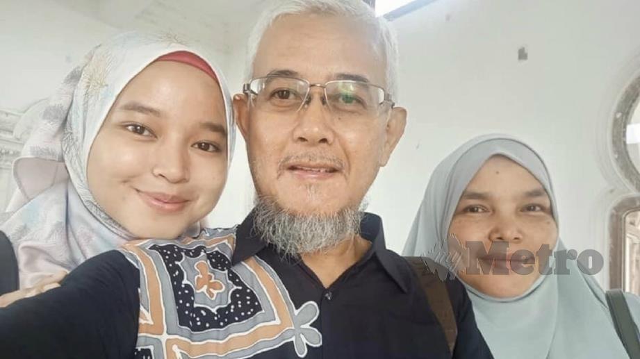Syahira (kiri) bersama arwah bapanya dan ibunya. Ihsan Twitter Syahira Idris