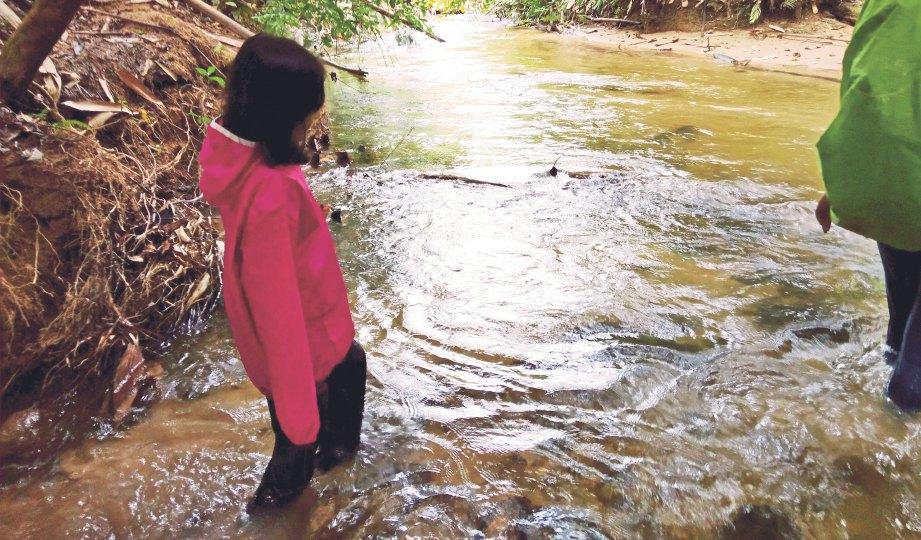 AKTIVITI mendaki yang perlu meredah sungai menjadi kegemaran.