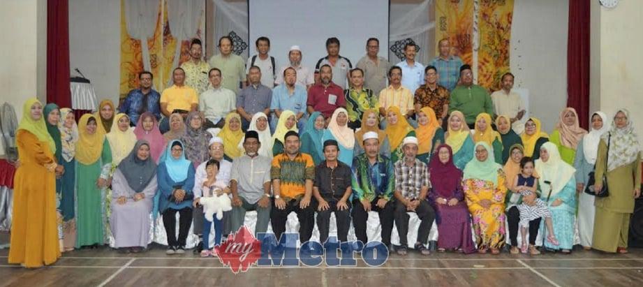 SEBAHAGIAN bekas pelajar dan guru SMSB sesi 1979 hingga 1983 bergambar kenangan dalam Majlis Alumni SMSB di Dewan SMK Tun Syed Sheh Barakbah, Sungai Bakap, Nibong Tebal, kelmarin. FOTO Muhammad Shalaby Shahbuddin