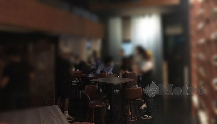 ANTARA pengunjung pub di Taman Tun Dr Ismail, Kuala Lumpur yang ditahan kerana melanggar arahan PKPP, Isnin lalu. FOTO ihsan polis.