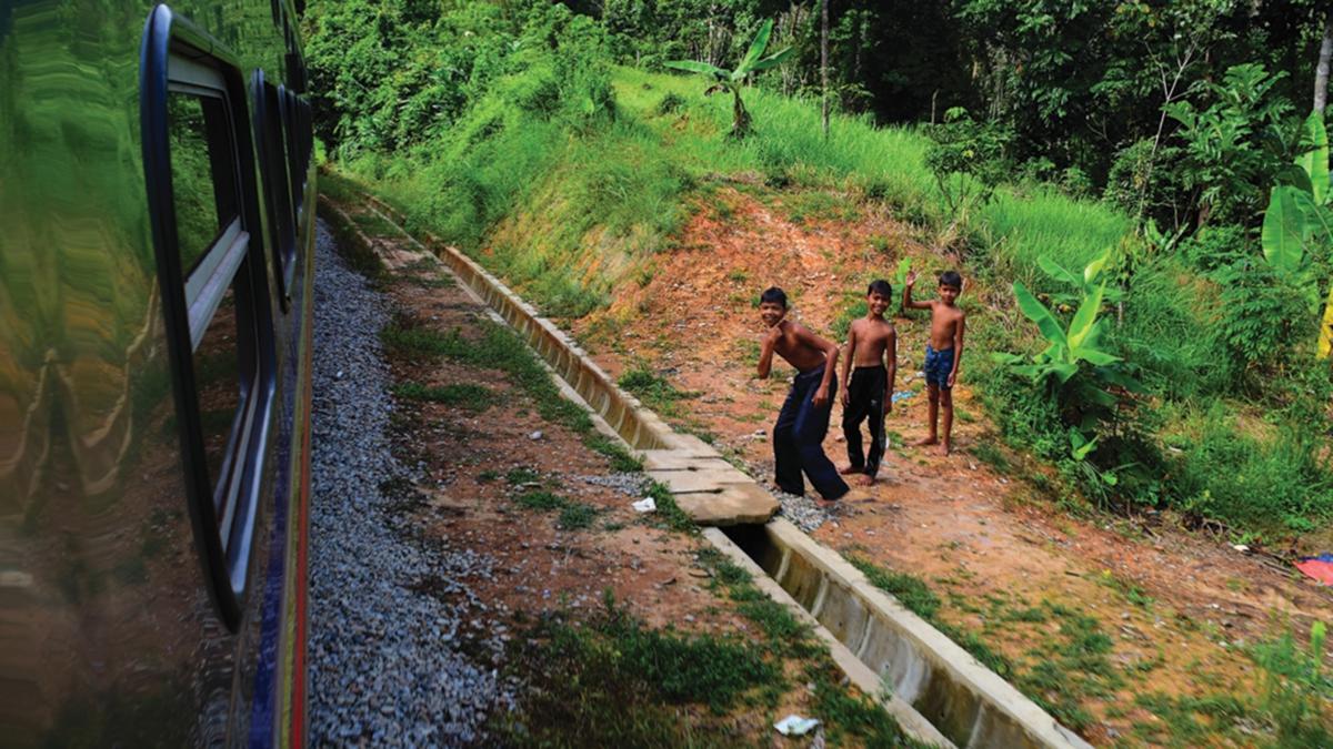 KANAK-kanak di kawasan pedalaman di sekitar Tanah Merah.