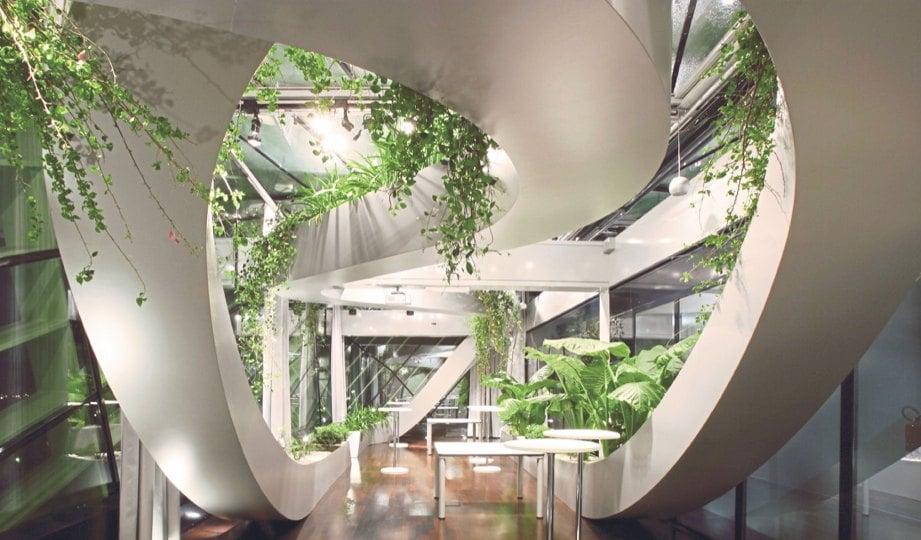 LENGKUNGAN 'reben' menjadi kekuatan taman dalam bangunan itu.