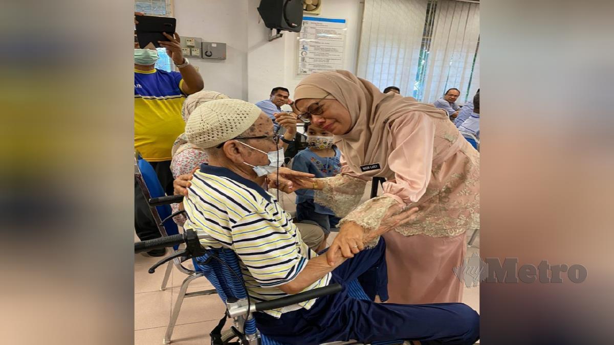 NOOR Laily Md Salleh memeluk bapanya, Md Salleh Hashim. FOTO Ihsan Pembaca