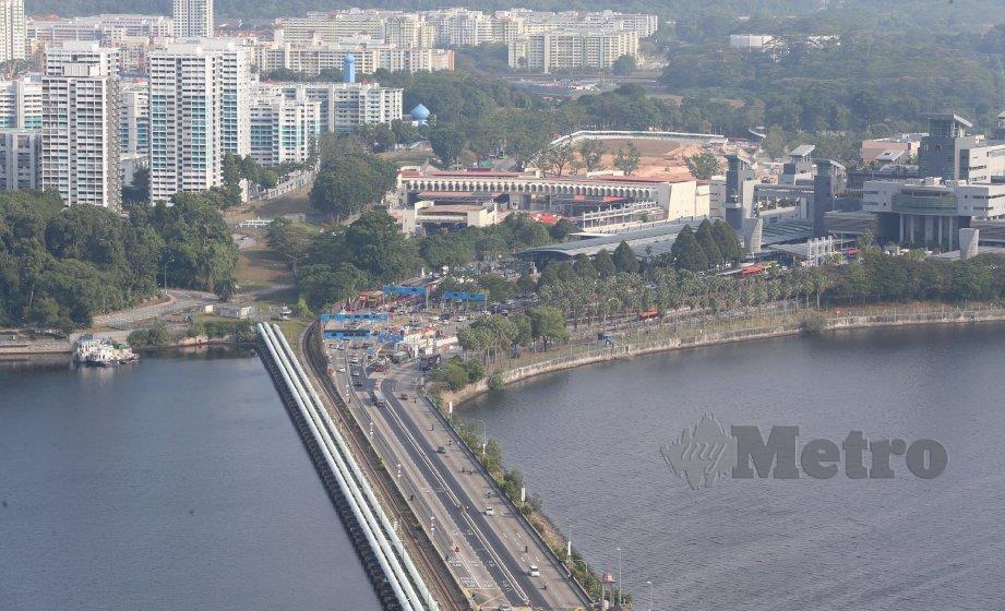 KEADAAN lalu-lintas keluar masuk dari Singapura dan Johor Bahru di Tambak Johor. FOTO arkib NSTP
