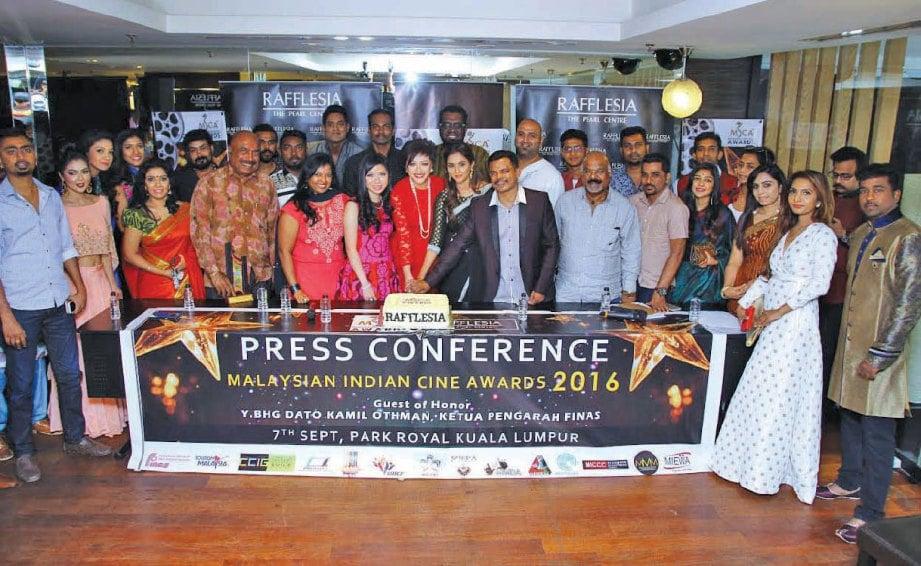 NAIDU (berkot) bersama karyawan dan artis ketika sidang media MICA 2016.