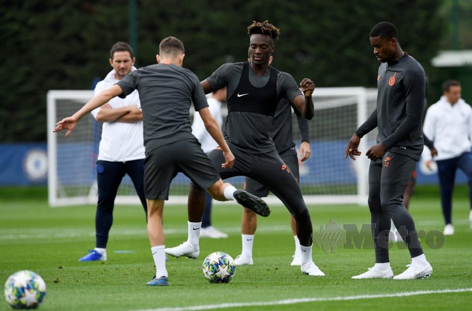 Pengurus Chelsea, Frank Lampard (kiri) memerhati sesi latihan pasukan sebelum liga ditangguhkan berikutan Covid-19. FOTO Agensi