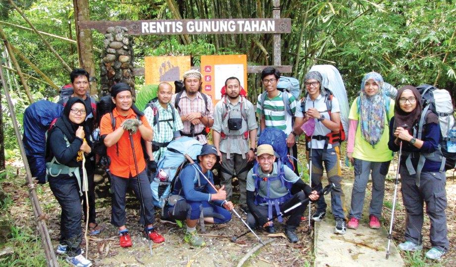 SERAMAI 12 pendaki memulakan misi di kaki gunung.
