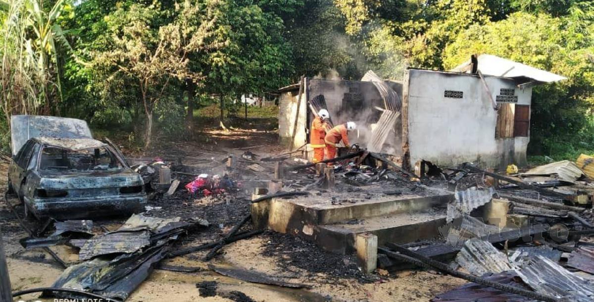 RUMAH dan kereta mangsa yang hangus dalam kebakaran di Kampung Bukit Ulu Sat, Machang, hari ini. FOTO ihsan bomba.