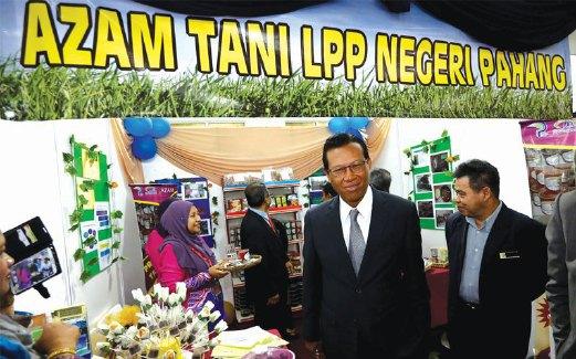 AHMAD Shabery melawat gerai Azam Tani LPP Pahang.