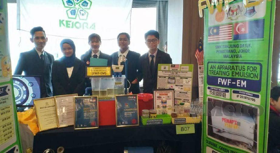 PELAJAR SMK Tanjung Datuk bergambar bersama rekaan mereka pada Ekspo JDIE di Tokyo.