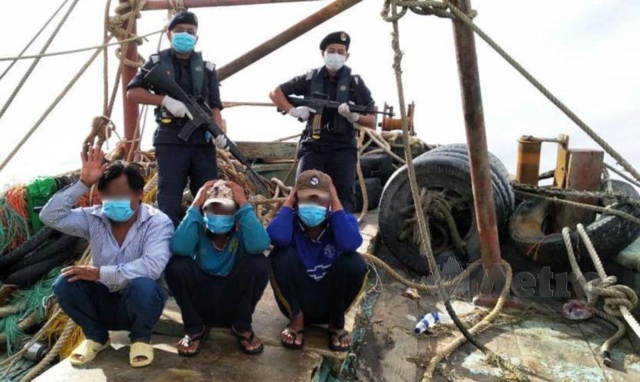 NELAYAN Vietnam ditahan kerana menceroboh perairan Sarawak, Khamis lalu. FOTO ihsan APMM