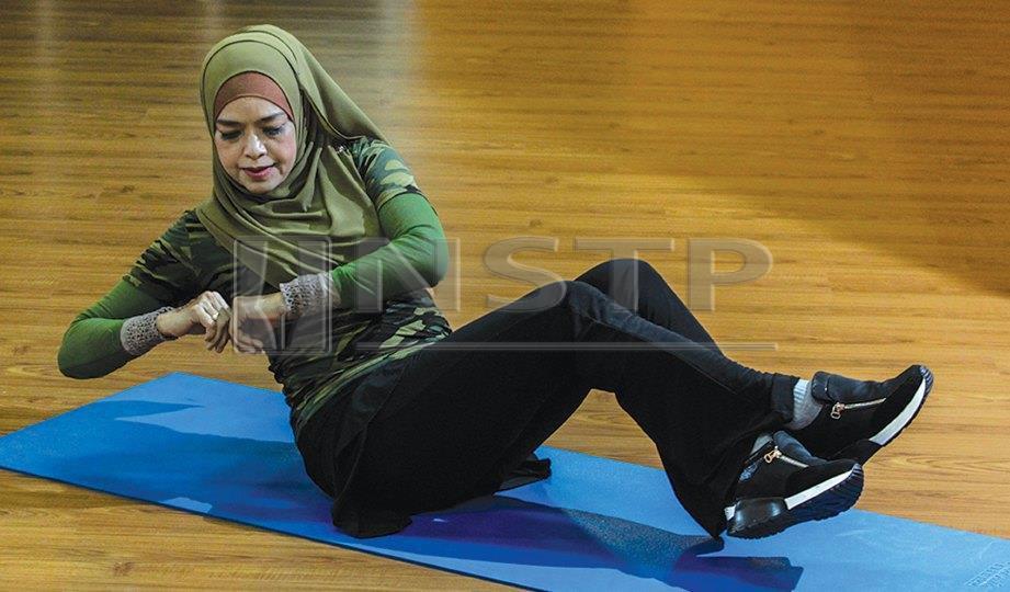 6. DALAM posisi duduk, pusing badan ke kanan dan kiri.