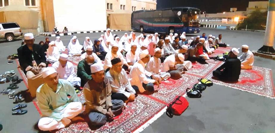 JEMAAH merasai pengalaman bermalam di Muzdalifah iaitu lokasi mengutip batu untuk ibadat melontar jamrat pada musim haji.
