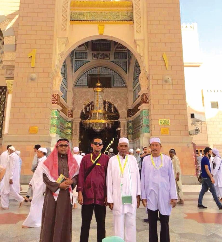 MOHD Hafiz (kiri) bersama jemaah di hadapan pintu nombor satu Bab as-Salam di Masjid Nabawi.