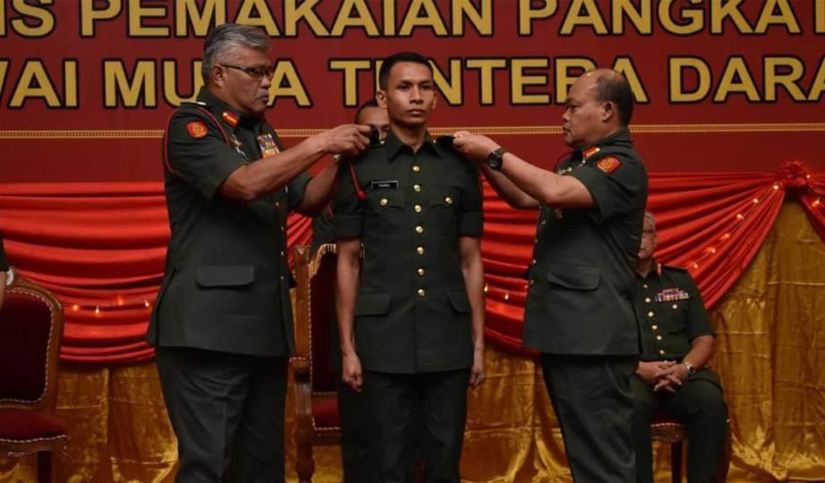 PANGLIMA Tentera Darat menyempurnakan pemakaian pangkat kepada Pegawai Kadet Terbaik Tentera Darat, Leftenan Muda Muhamad Fairul Roslan.