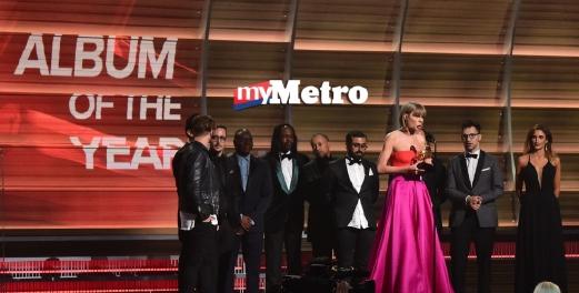 Taylor sewaktu berada di atas pentas menerima anugerah Album Terbaik Grammy ke-58. FOTO AFP