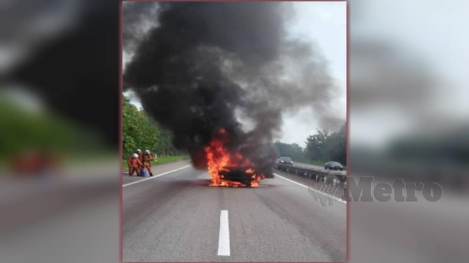 Kereta Toyota Camry yang terbakar di Kilometer 64 Lebuhraya Utara Selatan (utara) dekat Kluang pagi tadi. FOTO ihsan polis