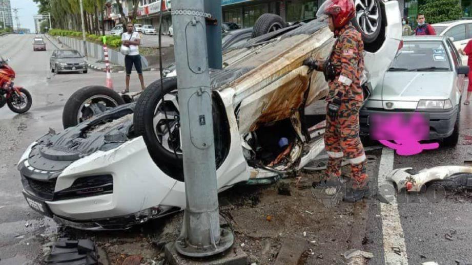 KERETA mangsa terbalik selepas dirempuh Perodua Myvi. FOTO Ihsan Bomba.