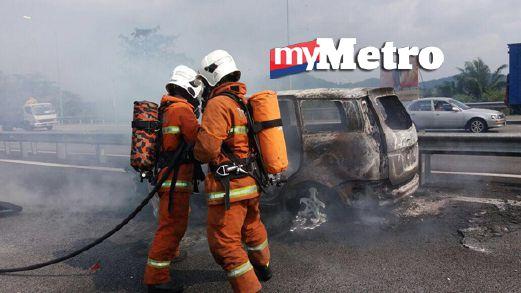 Anggota bomba memadamkan kebakaran pada Proton Exora yang terbakar. FOTO ihsan bomba