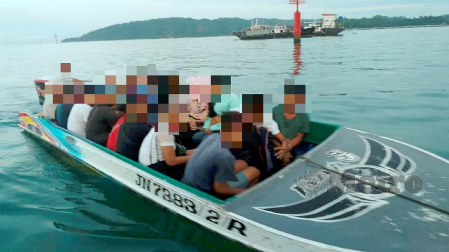 Bot dan penumpang yang diperiksa dalam Operasi Sejahtera di perairan Jeti Penumpang SAFMA dekat Kota Kinabalu semalam. Foto Ihsan APMM
