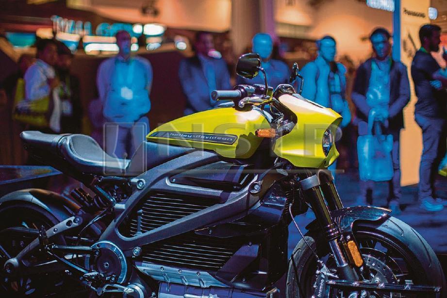 MOTOSIKAL elektrik Harley-Davidson LiveWire yang dipamerkan di CES 2019. -Foto AFP