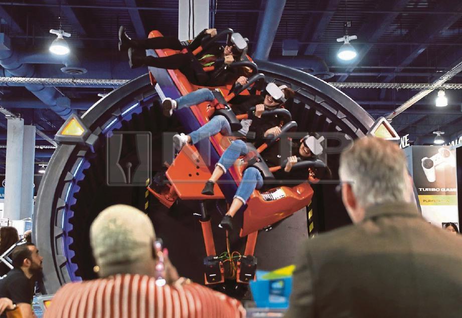 SEKUMPULAN pengunjung memakai gogel VR ketika menaiki permainan dikenali sebagai DOF Robotics Hurricane 360 yang dipamerkan DOF Robotics.