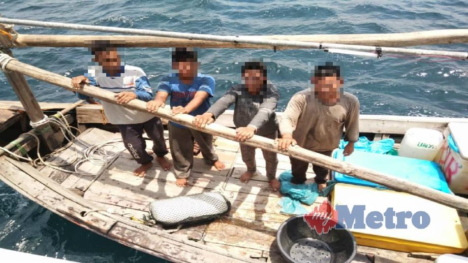 NELAYAN warga asing yang ditahan kerana mengaut hasil di perairan Malaysia, semalam. FOTO Ihsan Maritim Malaysia
