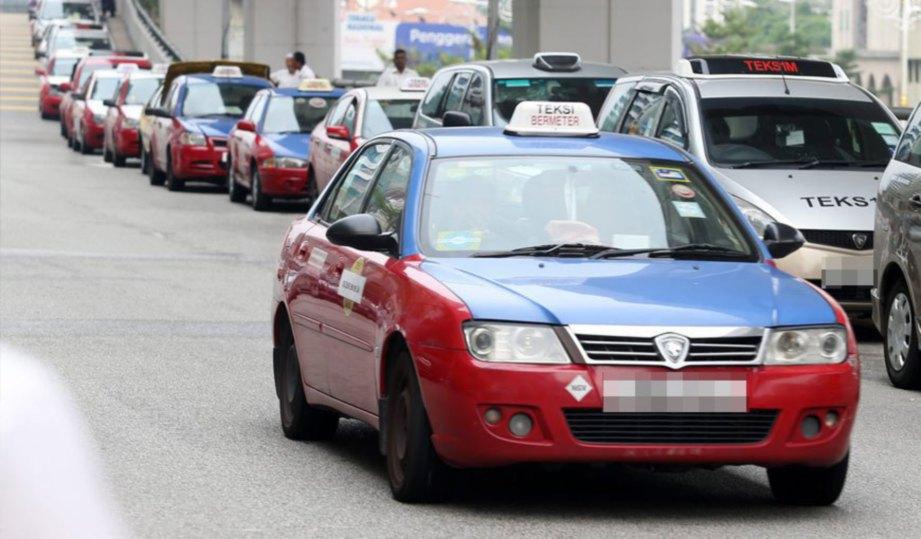 PERKHIDMATAN teksi tradisional sepatutnya lebih proaktif dengan bertindak meningkatkan mutu perkhidmatan mereka. FOTO Yazit Razali.