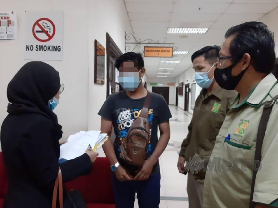 TERTUDUH (dua dari kiri) selepas dijatuhkan denda RM10,000 di Mahkamah Sesyen di Kuching, hari ini atas kesalahan memiliki telur penyu untuk dijual. FOTO MELVIN JONI