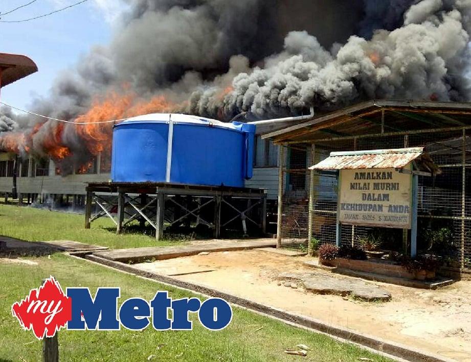 SEBUAH bangunan menempatkan bilik guru dan pejabat pentadbiran SMK Wallace Bay di Pulau Sebatik, Tawau, musnah dalam kebakaran kira-kira jam 12.05 tengah hari tadi. -Foto IHSAN PEMBACA