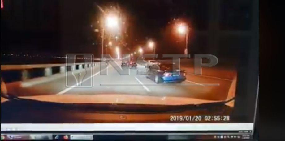 Rakaman dashcam sebelum Toyota Vios merempuh SUV putih yang kemudiannya tercampak ke dalam laut.