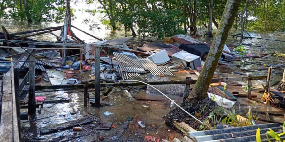 KEADAAN rumah Tan Siu Heng yang musnah selepas dilanda air pasang besar di Kampung Chuah, Kuala Lukut, Port Dickson. FOTO MOHD KHIDIR ZAKARIA