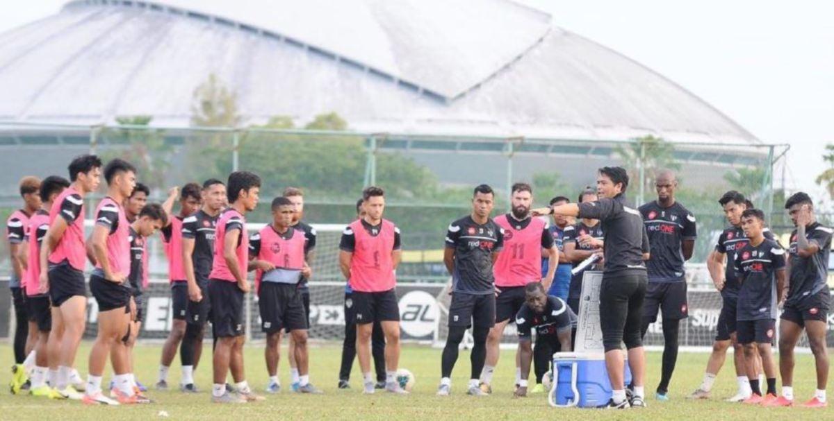 NAFUZI ketika mengendalikan sesi latihan TFC pada September lalu. FOTO FB Terengganu Football Club