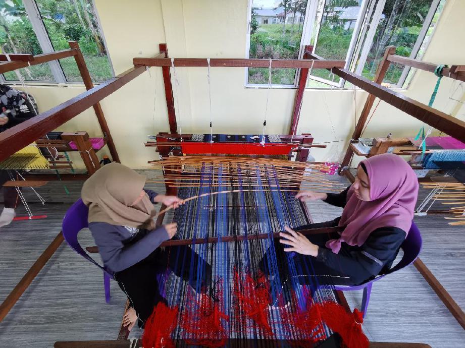 RAMTINIWATI mahu komuniti seperti wanita muda atau belia berkeluarga menceburi industri kraf songket Sarawak untuk tingkatkan ekonomi. FOTO Ihsan Kraftangan Malaysia