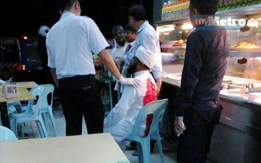 MANGSA (duduk) berlumuran darah ditenangkan orang ramai selepas ditikam lelaki tidak dikenali, kelmarin.