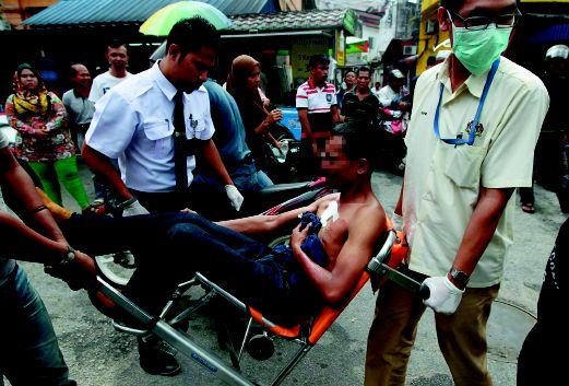 MANGSA diusung anggota paramedik untuk dibawa ke hospital, semalam.