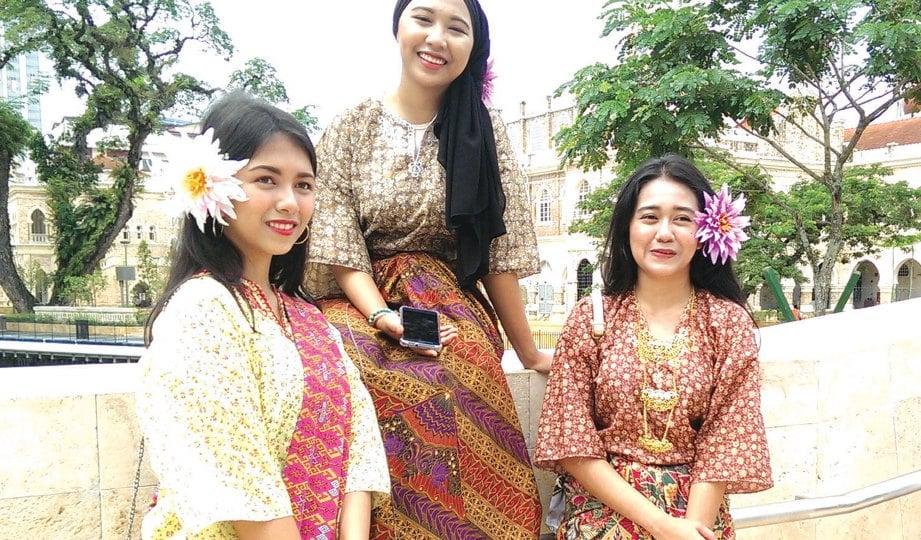 KEMBALIKAN gaya silam dengan kurung Kedah dan berkain batik.
