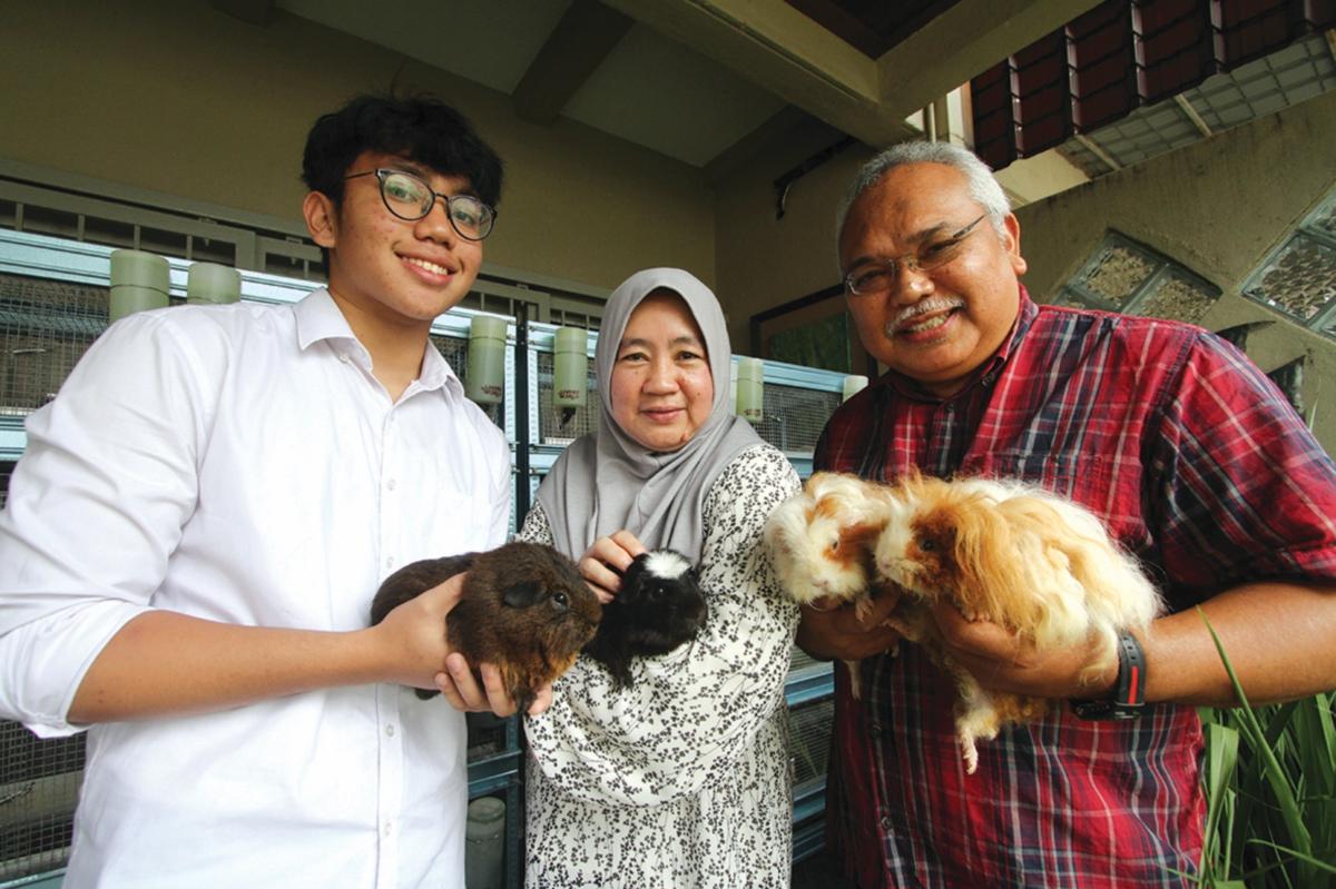 MUHAMMAD Mustafa (kiri) bersama isteri dan anak yang berkongsi minat sama.