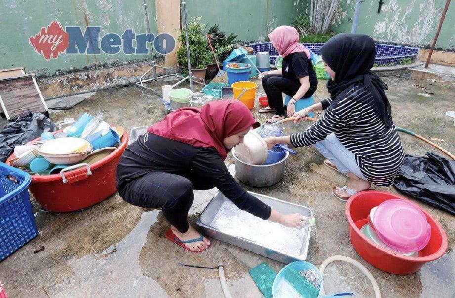 Program gotong-royong menerusi program Titipan Kasih Harian Metro (TKHM) Khas membabitkan kerjasama sukarelawan TKHM,  Giant Hypermarket dan Majlis Perbandaran Seberang Perai (MPSP) di Pusat tahfiz Darul Ulum Al-Islamiyah Al-Banuriyyah (LILBANAT), Permatang Pauh, Pulau Pinang. FOTO RAMDZAN MASIAM